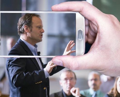 Videoaufnahme mit dem Smartphone bei einer Konferenz